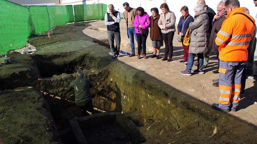 Víctimas del terror franquista visitando la fosa lucentina.   JUAN MIGUEL BAQUERO