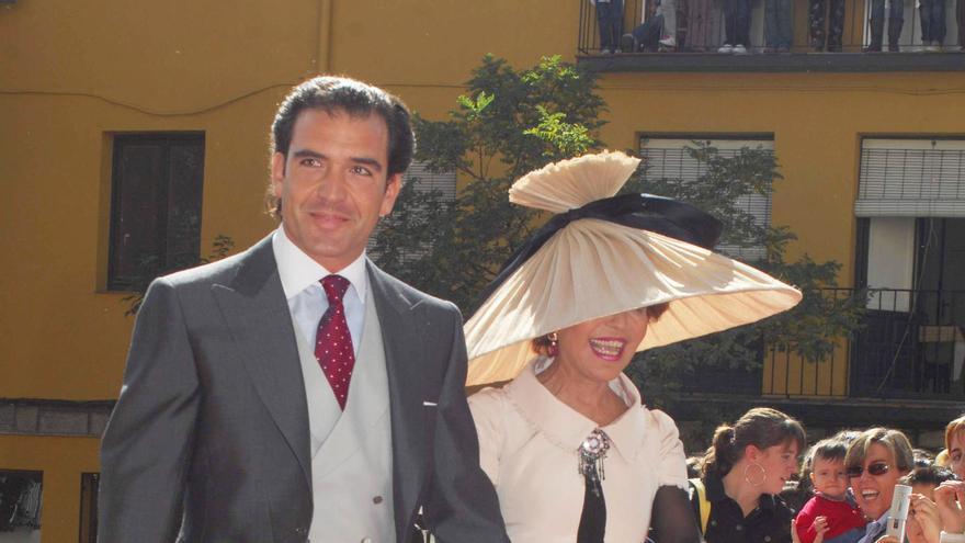 """El empresario Fernando """"Gigi"""" Sarasola junto con su madre, Maria Cecilia Marulanda, durante una boda en 2010. EFE/JUAN MARTIN"""