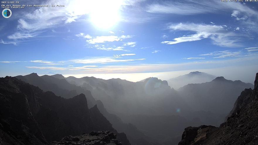 Panorámica de las cumbres de La Caldera de Taburiente, este domingo, 23 de diciembre, captada por la webcam de Sky-Live TV del IAC. Un velo de calima envuelve las cumbres de La Palma.