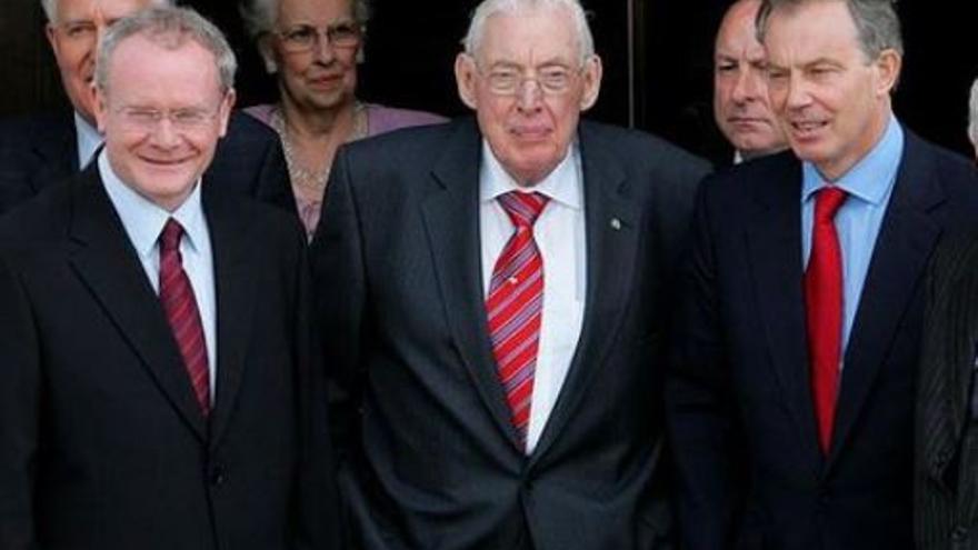 Martin McGuinness (ex líder del IRA y del Sinn Féin), el reverendo Ian Paisley (líder de los unionistas) y el exprimer ministro británico Tony Blair