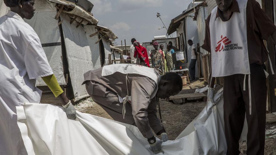 Entrada al hospital de MSF en el POC de Naciones Unidas en Malakal. El centro cuenta con 50 camas y una unidad de urgencias. Desde junio, el número de consultas médicas atendidas semanalmente por MSF se ha triplicado con creces y, en el caso de las atenciones a niños menores de 5 años, los más vulnerables en estas condiciones, se ha multiplicado por cinco. Fotografía: Anna Surinyach/MSF