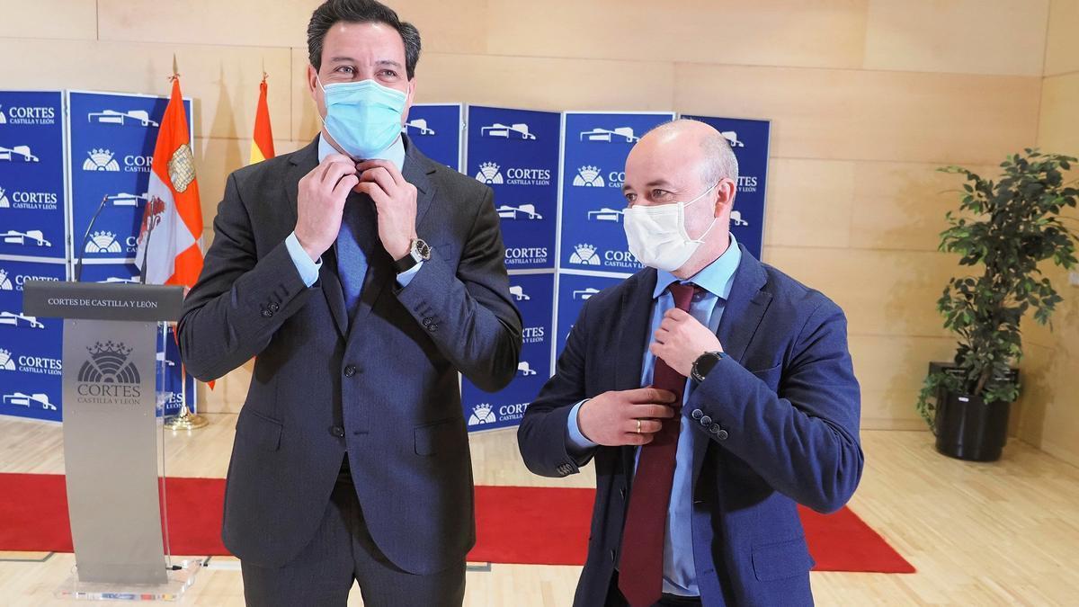 El portavoz parlamentario del PP en las Cortes de Castilla y León, Raúl de la Hoz (iz), y su homólogo de Ciudadanos, David Castaño, dan una rueda de prensa conjunta este miércoles en Valladolid. EFE/R. García