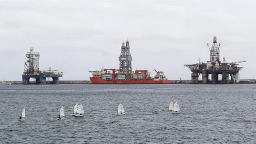 Plataformas petrolíferas en Las Palmas de Gran Canaria. Elvira Urquijo (Efe)