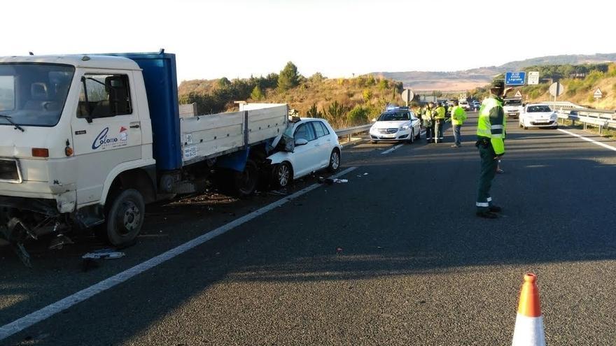 Fallece el conductor del vehículo que ha chocado contra un camión en la A-12