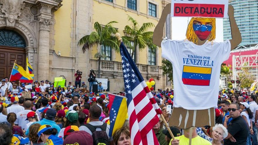 """El exilio venezolano expresa """"rabia"""" por el asesinato de dos jóvenes en marchas"""