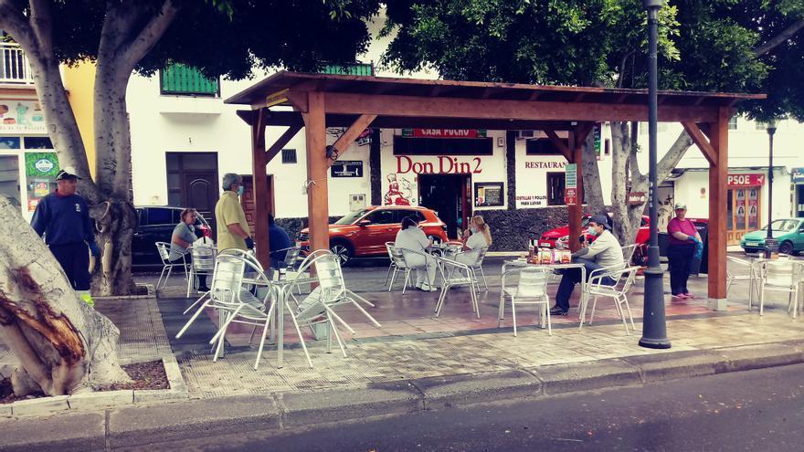 El bar Don Din 2, en la rambla de La Frontera, recibe a sus primeros clientes recién abierta la posibilidad de sentarse en las terrazas.