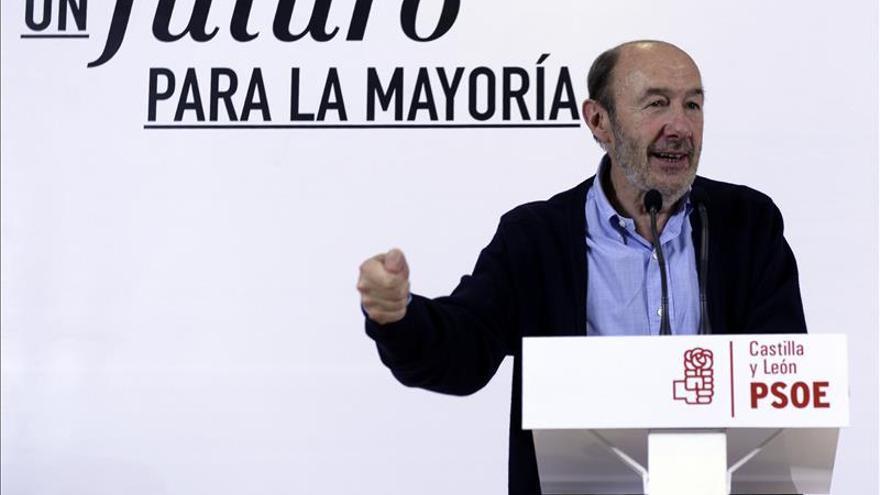 """Rubalcaba acusa a Rajoy de optar """"por los más fuertes"""" durante su mandato"""