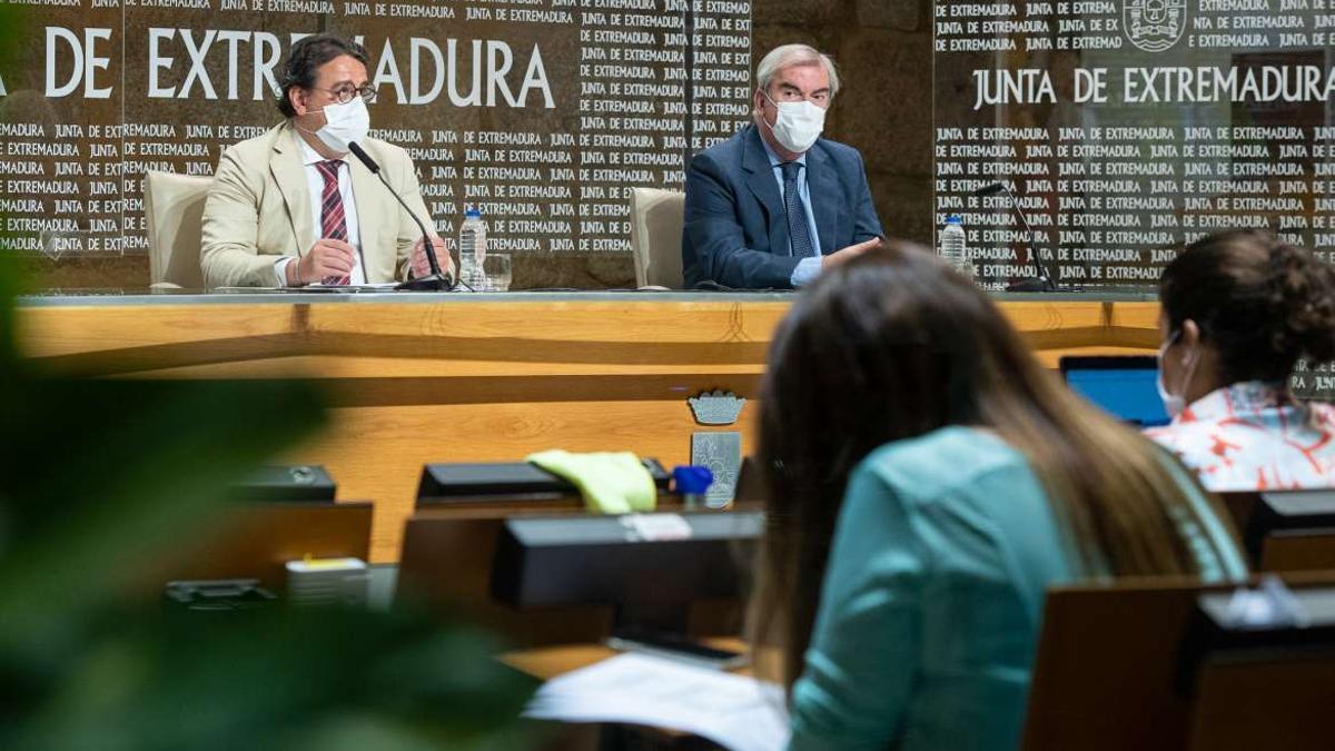 El consejero de Sanidad y Políticas Sociales, José María Vergeles (i), este viernes en Mérida