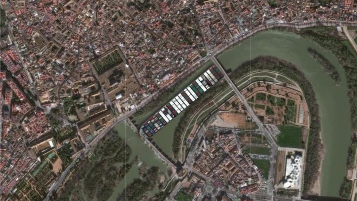 El 'Ever Given' entre Miraflores y el Puente Romano.