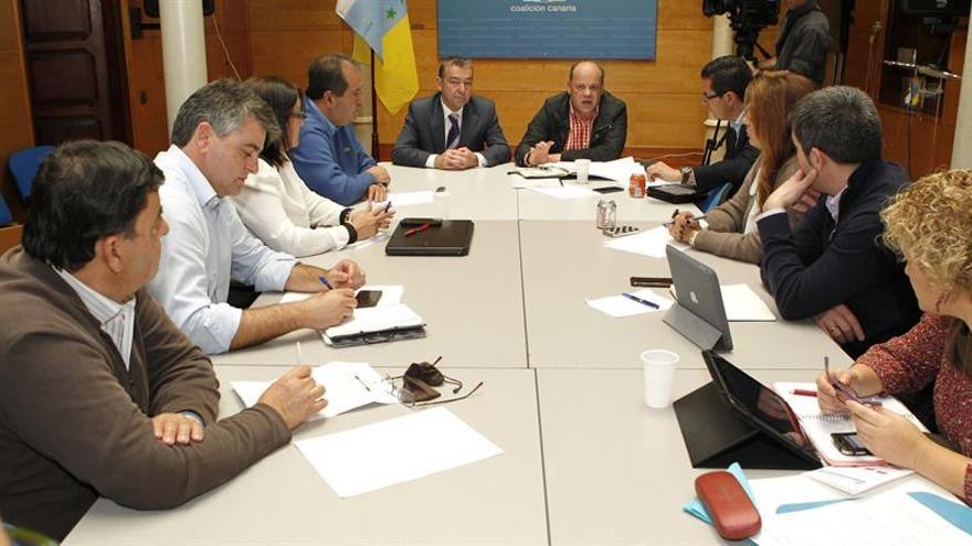 El presidente y el secretario general de Coalición Canaria, Paulino Rivero (i), y José Miguel Barragán (d-fondo), respectivamente, durante la reunión del Comité Permanente Nacional del partido, celebrada hoy en Las Palmas de Gran Canaria. EFE/Elvira Urquijo A.