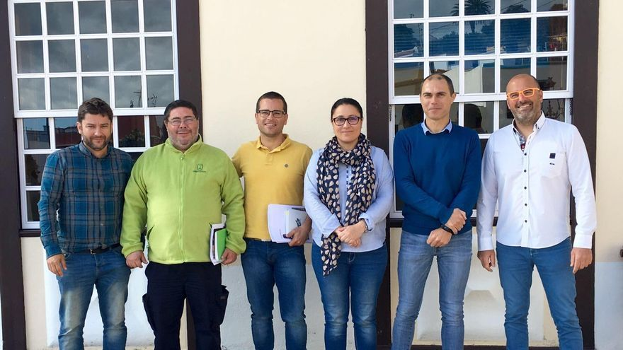 La consejera de Emergencias y Participación Ciudadana del Cabildo de La Palma, Carmen Brito y de alcalde de Mazo, José María Pestana (segundo por la derecha), con otros miembros del dispositivo.