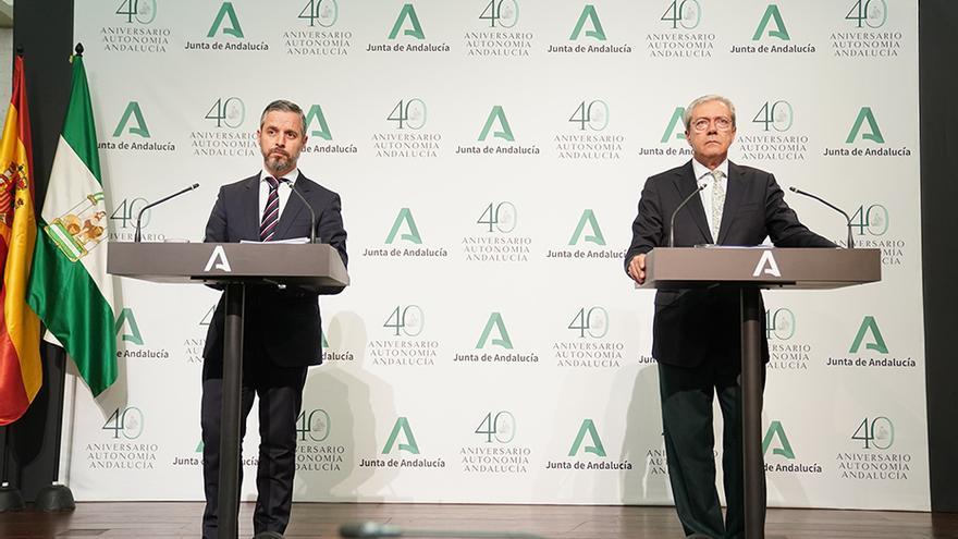 Los consejeros de Hacienda, Juan Bravo, y de Economía, Rogelio Velasco, compareciendo en la tarde del lunes tras el Consejo de Gobierno