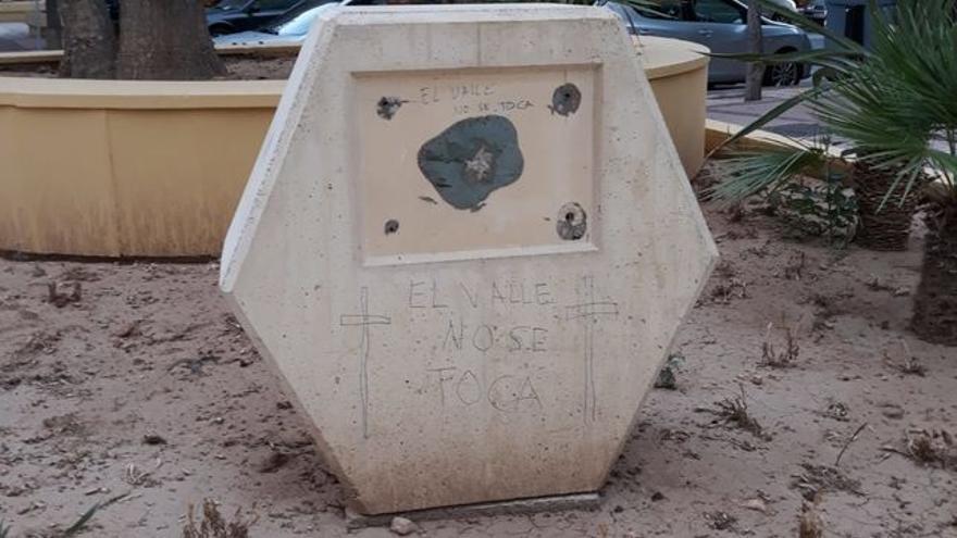 Arrancada la placa conmemorativa a los deportados murcianos en los campos de concentración nazi con lemas de `El Valle no se toca´