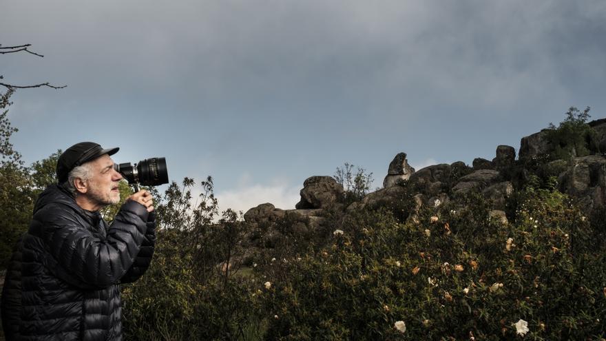 El director Fernando Trueba, durante el rodaje de 'La reina de España'