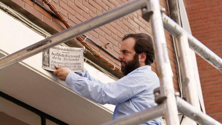 El concejal de Torrelavega, José Otto Oyarbide, retira una de las placas franquistas.