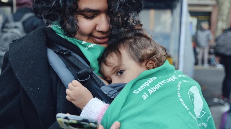Una madre sostiene a su hija durante las concentraciones del pasado 14 de junio, día en el que el Congreso argentino votó sí al aborto