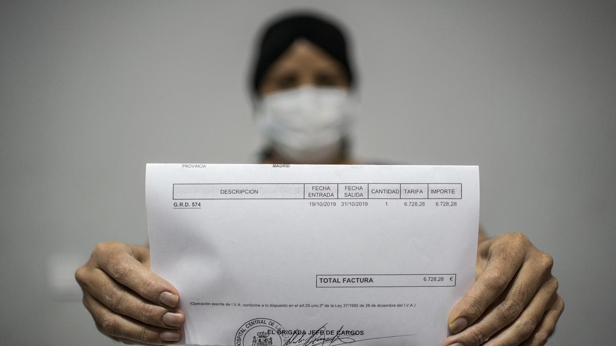 María muestra la primera factura que recibió en 2019, después de ser diagnosticada de cáncer.