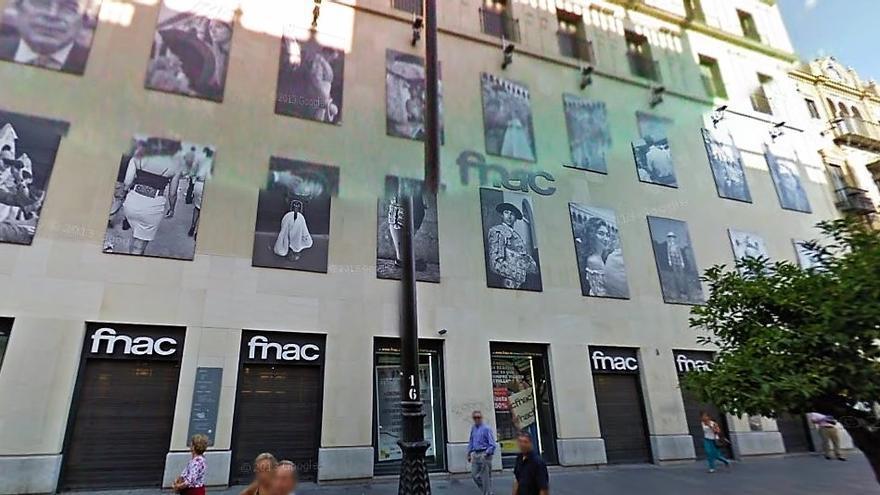 La fachada de la tienda, repleta de las fotos que se pide que se retiren.