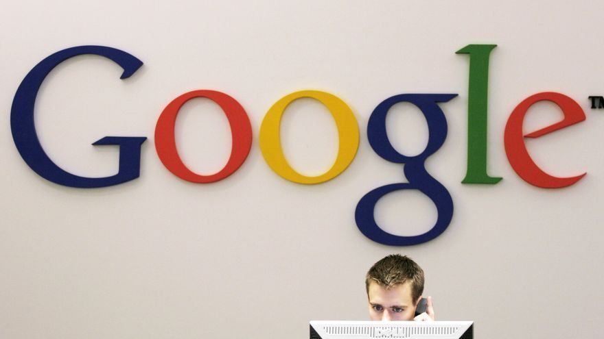 Un recepcionista atiende el teléfono en las oficinas centrales de Google en Nueva York, en una imagen de archivo.