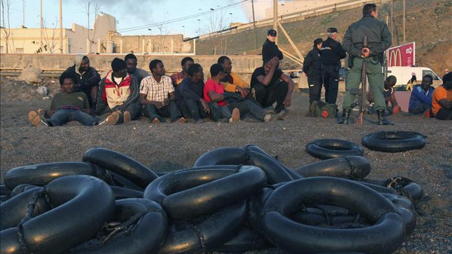 Rescatados 6 inmigrantes de una balsa de playa que zozobraba en el Estrecho
