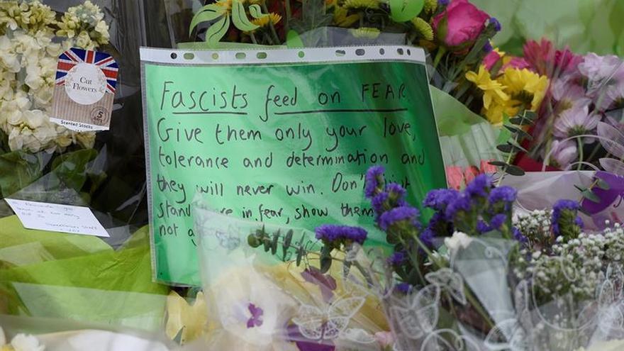 Londres se cubre de luto, flores y velas por la muerte de Jo Cox