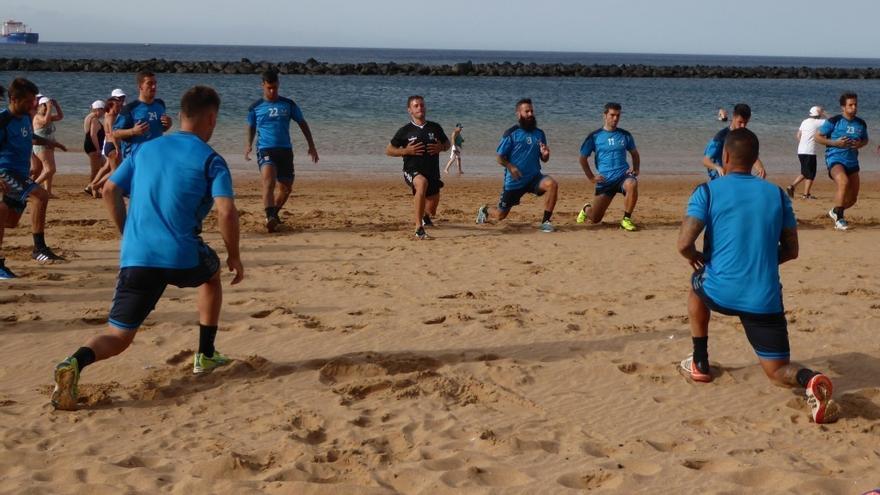 Jugadores del Tenerife entrenando en Las Teresitas