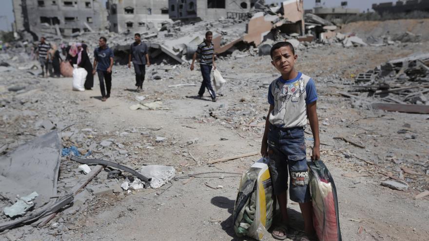 JULIO. Miles de civiles murieron o quedaron sin hogar después del conflicto que durante 50 días enfrentó a Israel con Hamás y grupos armados palestinos en Gaza. Más de 2.000 palestinos perdieron la vida, de ellos más de 500 menores de edad. Hamás y grupos armados palestinos dispararon indiscriminadamente cohetes y proyectiles de mortero contra zonas civiles de Israel, matando a 60 soldados y 7 civiles israelíes, entre ellos un niño. © AP Photo/Lefteris Pitarakis, File