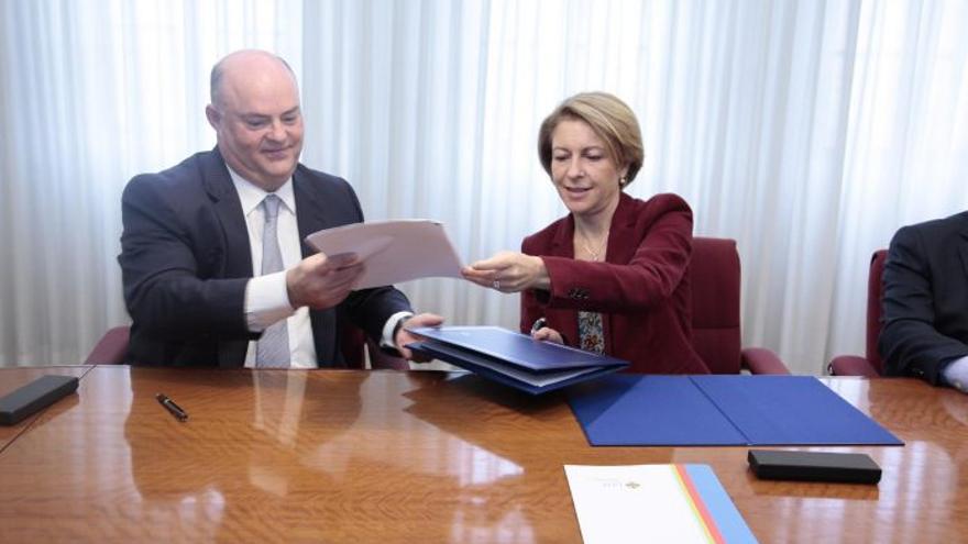 Alberto de Rosa y Rosa Visedo han firmado el convenio entre Ribera Salud y el CEU-Cardenal Herrera