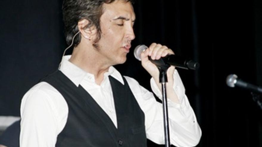 El Cantante Ramoncín Durante Un Concierto