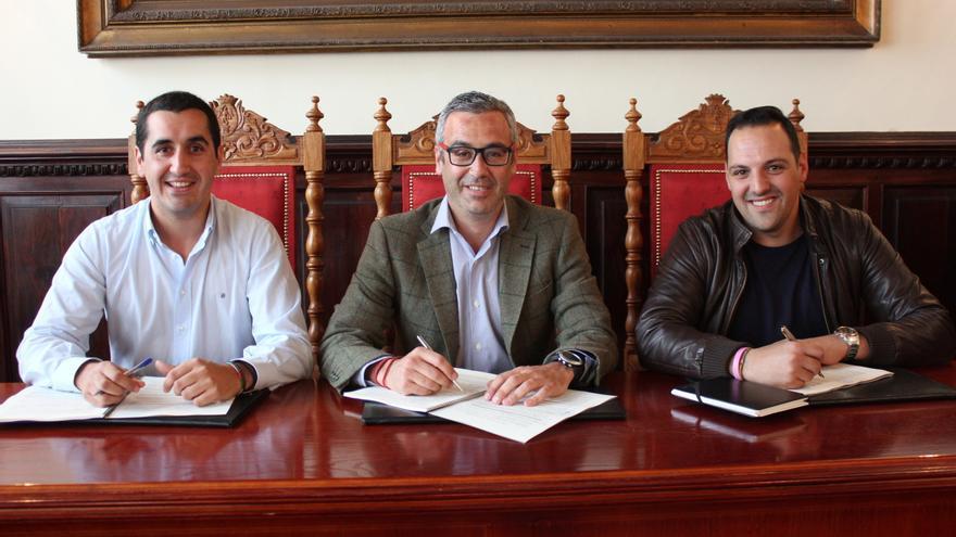 Borja Pérez, Sergio Matos y Jonathan Felipe, este viernes, en la firma del convenio.