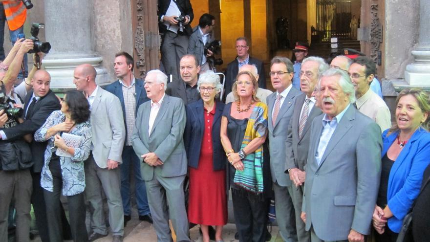 Miles de personas reciben a Mas en la sede de la Generalitat catalana al grito de independencia