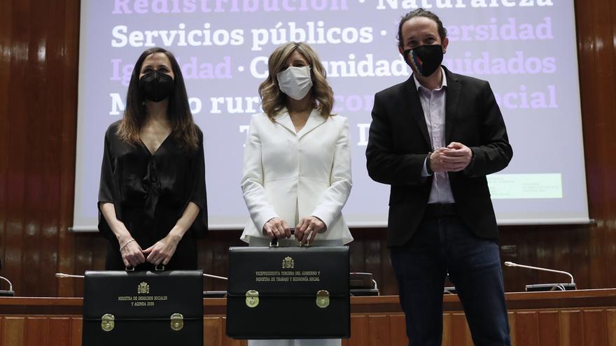 Ione Belarra, Yolanda Díaz y Pablo Iglesias en el traspaso de carteras a las dos primeras.