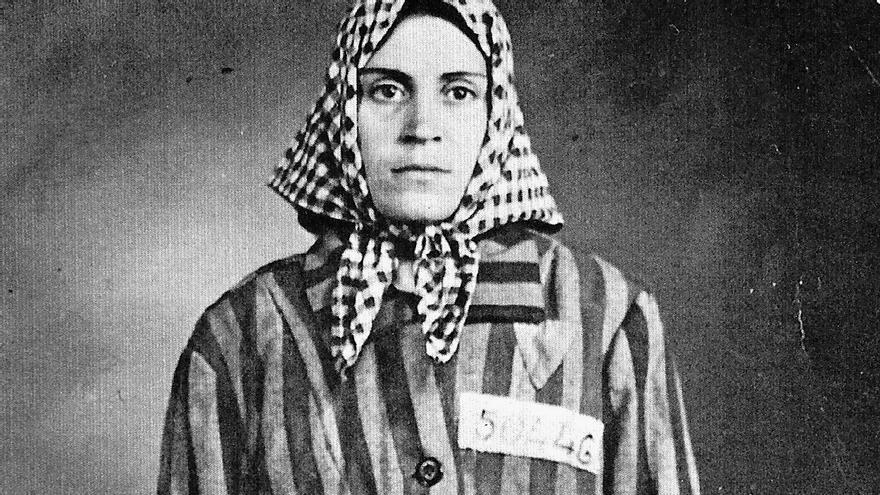 Neus Català avec son costume de prisonnier