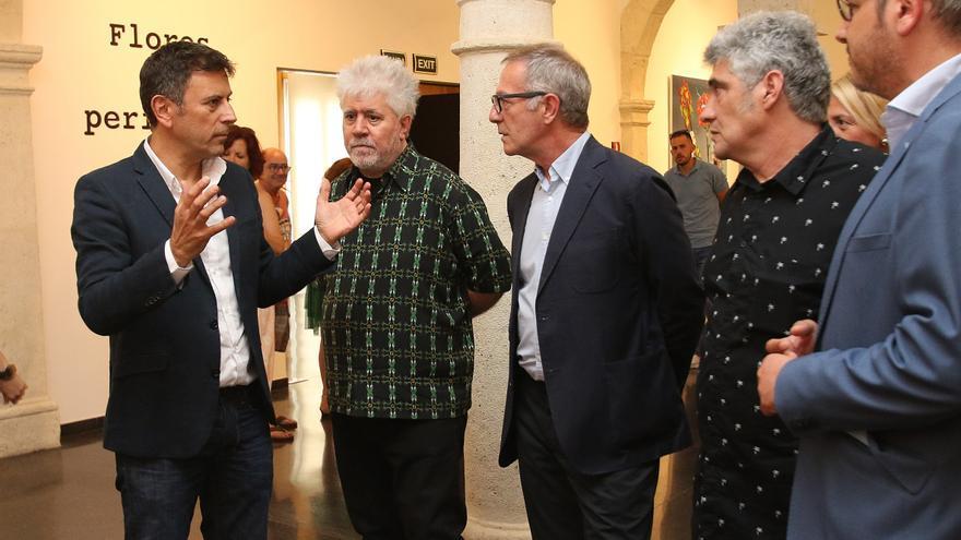 El director del CAF, Rafael Doctor, junto a Pedro Almodóvar, el ministro de Cultura en funciones, José Guirao, y el pintor Jorge Galindo.