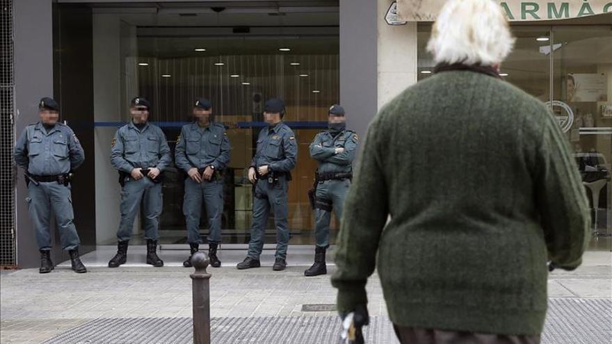 Agentes de la Guardia Civil a las puertas de las dependencias de la empresa pública Ciegsa