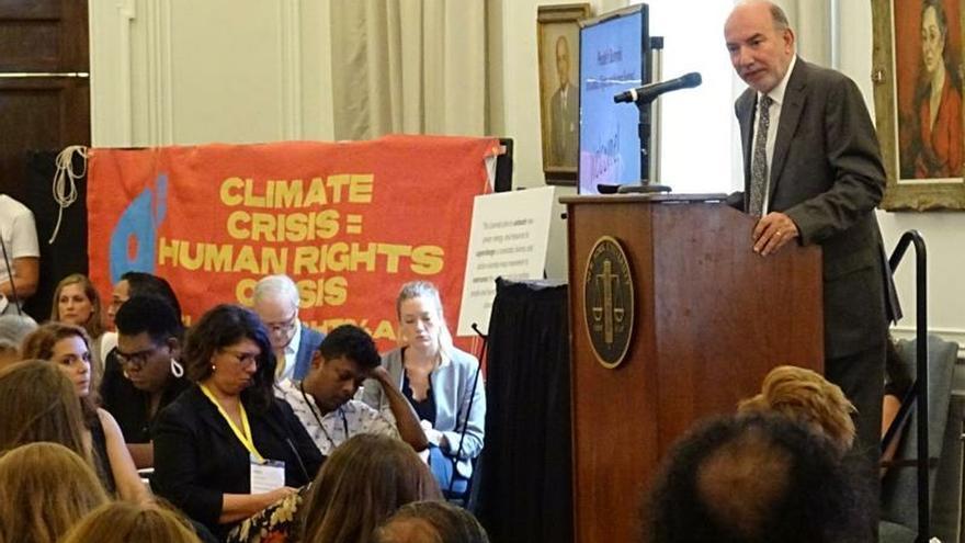 """El enviado especial de Naciones Unidas para la Cumbre del Clima, Luis Alfonso de Alba (d), durante la apertura de la """"Cumbre de los Pueblos sobre el Clima, los Derechos y la Supervivencia Humana"""" celebrada este miércoles en Nueva York."""