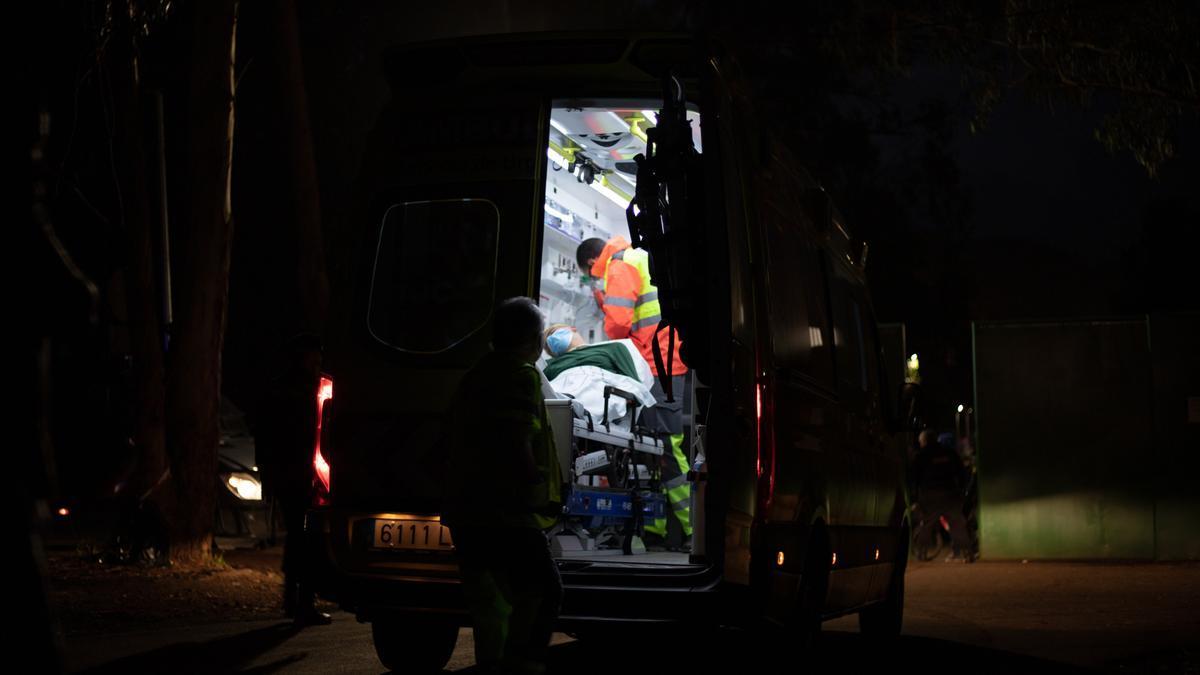Un migrante marroquí es evacuado en una ambulancia desde el campamento de Las Raíces este martes