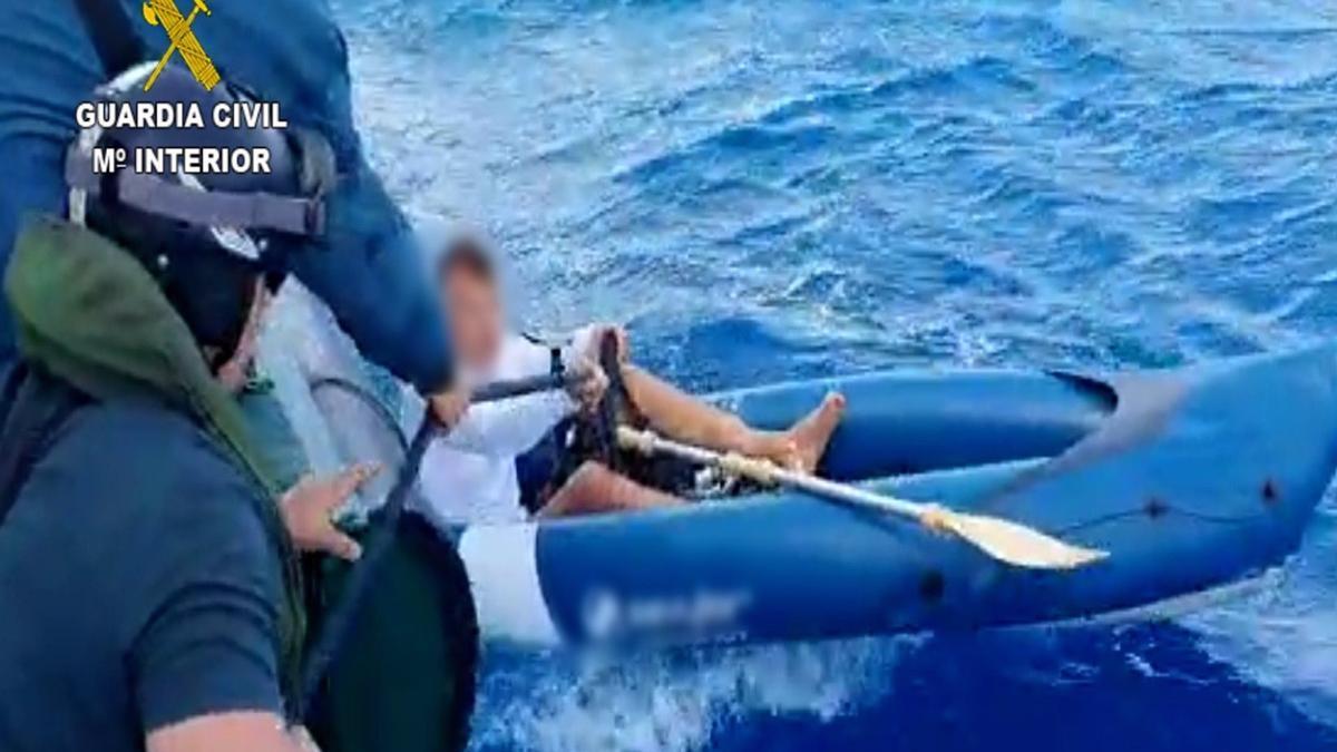 La Guardia Civil rescata a una turista a al deriva con su kayak.