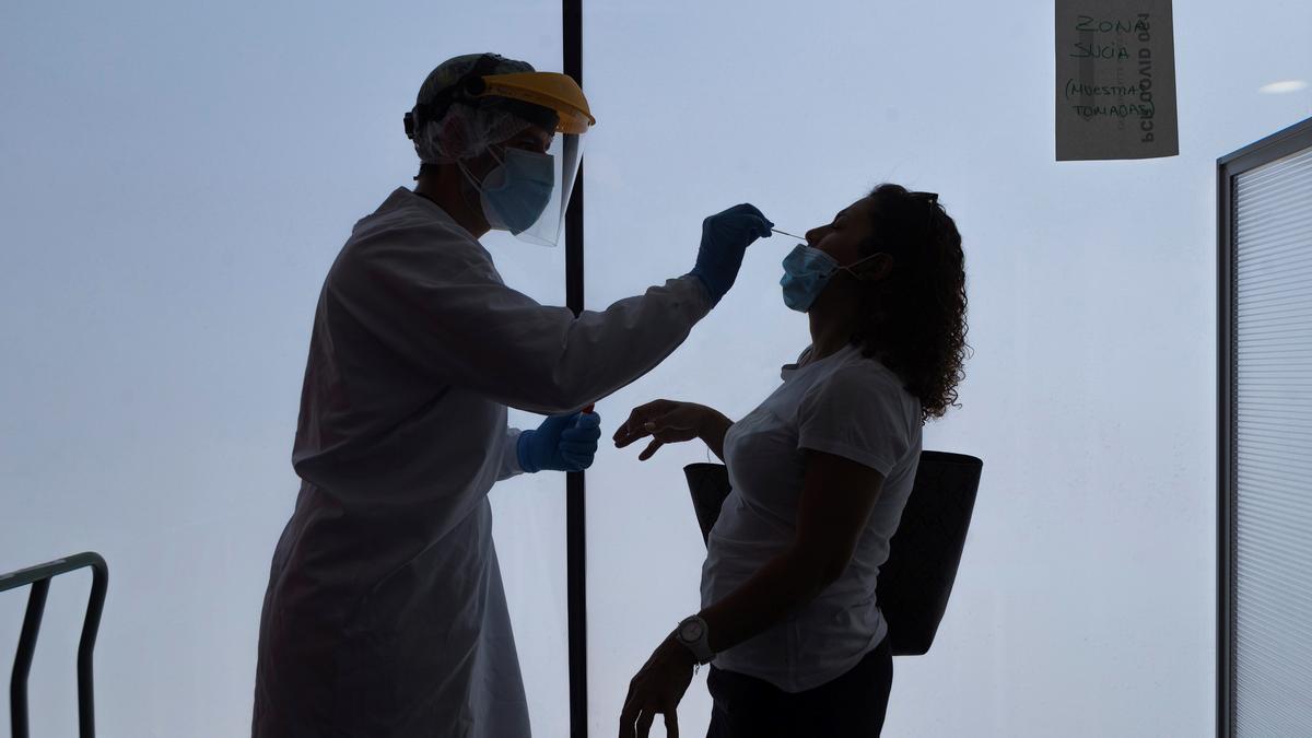 Un enfermero de urgencias del 061 realiza los test PCR en Zaragoza. EFE/Toni Galán/Archivo
