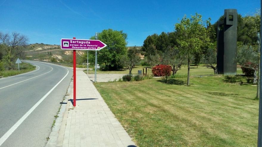 El Gobierno foral instala señalización viaria indicativa del Parque de la Memoria, en Sartaguda