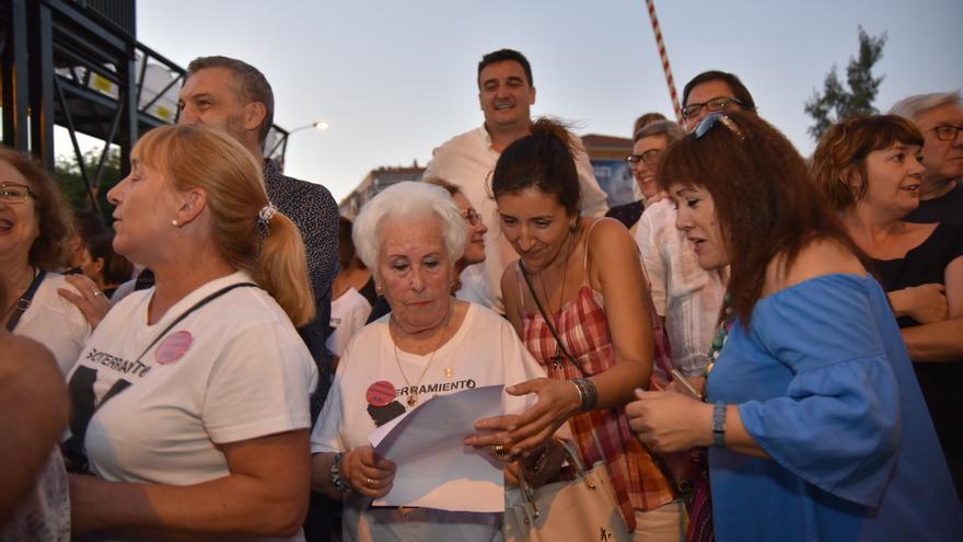 La abuela de las vías, Ana Jiménez, leyendo la letra adaptada de una canción / CARLOS TRENOR