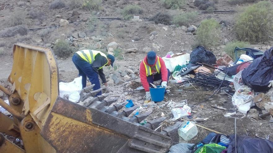 Retirada de restos de supuesta uralita en el vertedero de Balito