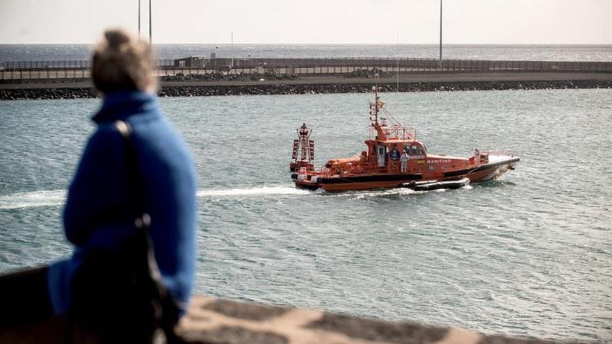 Salvamento rescata a 4 inmigrantes en una embarcación cerca de Lanzarote