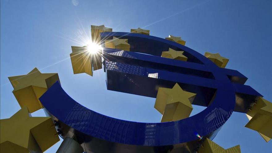 Símbolo del euro frente a la sede del BCE en Fráncfort.