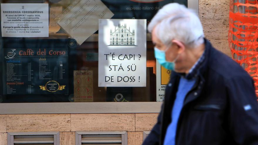 Un anciano paseando por una calle de Italia.