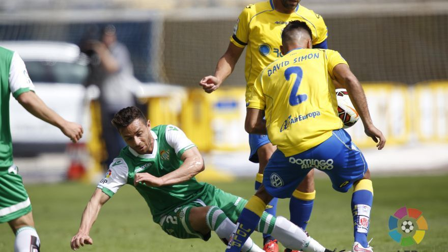 Rubén Castro y David Simón pugnan por el balón en el partido entre Las Palmas y Betis (LFP).