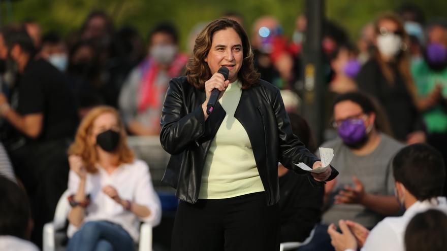 La alcaldesa de Barcelona, Ada Colau interviene durante el acto de cierre de campaña del partido en el anfiteatro Lourdes y Mariano del parque de la Cuña Verde de Vicálvaro, a 2 de mayo de 2021, en Madrid (España). El acto tendrá aforo limitado y respetar