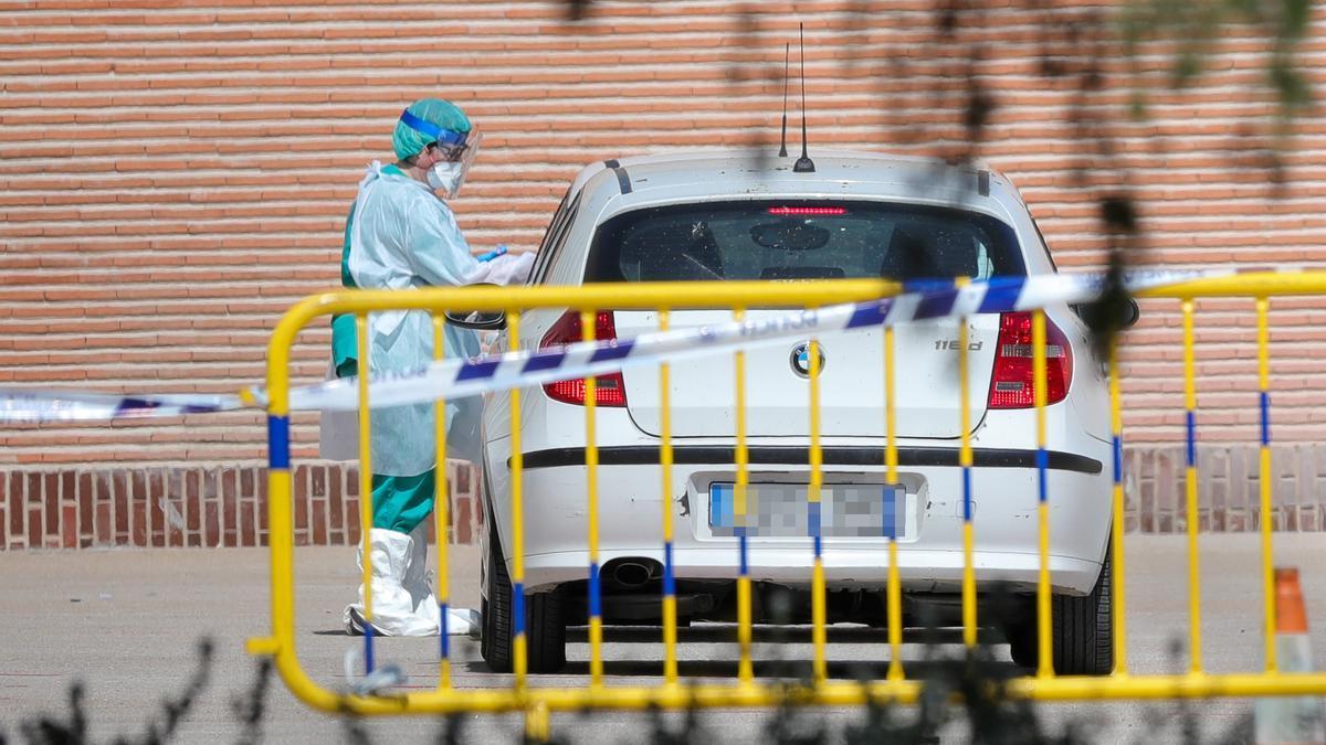 Sanitarios se preparan para administrar los tests rápidos de coronavirus , foto de archivo