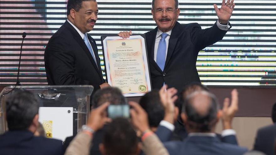 El presidente dominicano recibe el certificado oficial de su reelección