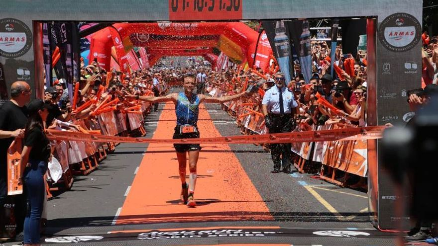 El ganador de la Transvulcania, Thibaut Garrivier, a su llegada a meta.